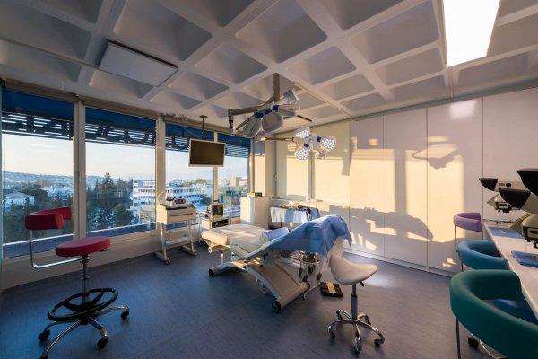 """Απόγευμα στο χειρουργείο """"Υάκινθος"""" της Anastasakis Hair Clinic"""