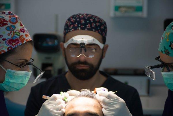 Κωνσταντινος Αναστασακης κατα τη διαρκεια της μεταμοσχευσης μαλλιων 2