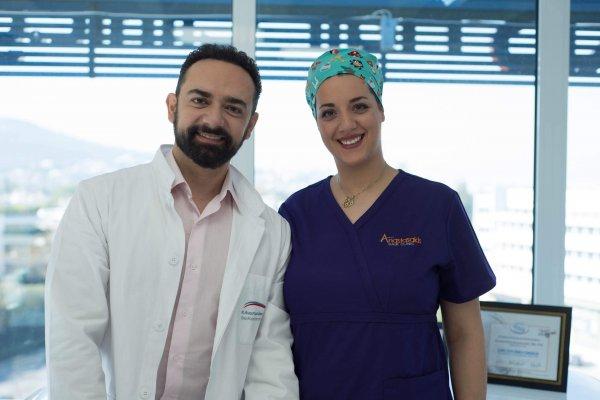 Ιατρος και νοσηλευτρια μεταμόσχευσης μαλλιών Anastasakis Hair Clinic