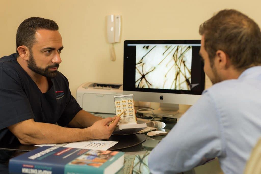Μεταμόσχευση μαλλιών με FUE και FUT γιατρός ασθενής